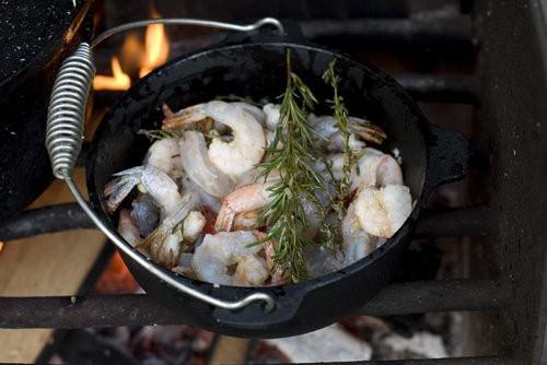 Camp oven garlic prawns in chili oil